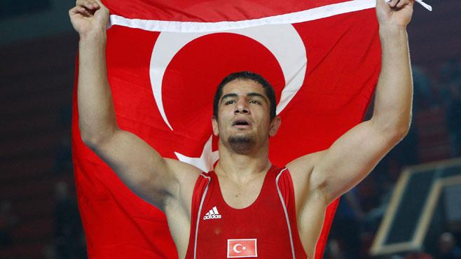 Olimpiyat Şampiyonumuz Taha Akgül, öğrencileri spor malzemeleri ile buluşturuyor