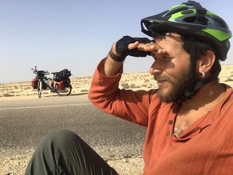 Sahra Çölünü bisikletle 42 günde 1850 km pedal çevirerek geçmeyi başardı!