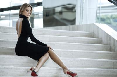 Skechers'ın yeni marka elçisi Özge Ulusoy oldu